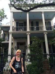 morgane devant la maison d'Anne Rice photo Antoine Téchenet